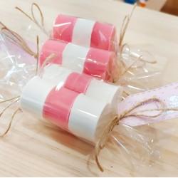 Composición de jabones rosa y blanco, listo para regalo