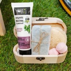 Baúl de madera con productos para el cuidado de pies