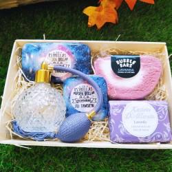 Cesta de regalo con perfumero vintage, espuma para el baño, jabón de leche de burra