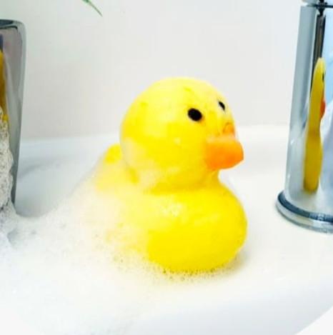 No sé qué tendrá que a tod@s les encanta este patito de espuma para baño…