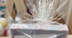 Caja regalo con jabones y cosmética femenina.